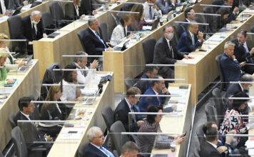 Die Abgeordneten im Nationalrat sind nun durch Glasscheiben getrennt.