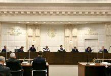 Anders als gewohnt war am Donnerstag das Bild der 14 Richterinnen und Richter: Wegen der Corona-Pandemie wurde ihre Bank etwas verlängert. Plexiglasscheiben zwischen den Plätzen sollen das Infektionsrisiko mindern.