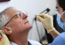 AGES-Chef Franz Allerberger unterzieht sich zu Testzwecken selbst einem Antigen-Schnelltest: Das Ergebnis war wie erwartet negativ.