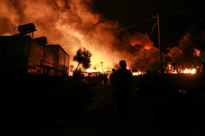 Oben: In der Nacht brannten die meisten Teile des riesigen Camps völlig aus. Rechts: Noch am Morgen waren nicht alle Brände unter Kontrolle.Am nächsten Tag wurde das Ausmaß der Schäden sichtbar: Fast das ganze Lager ist zerstört.