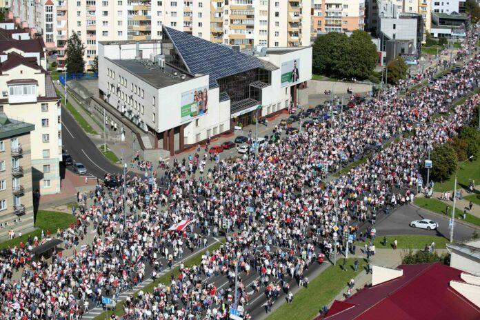 Auch am Sonntag protestierten wieder Tausende Menschen in Minsk gegen Staatschefs Alexander Lukaschenko.