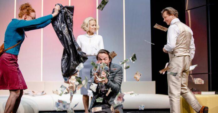 """V. l.: Silvia Meisterle, Martina Stilp, Roman Schmelzer und Michael Dangl in Glattauers Stück """"Die Liebe Geld""""."""