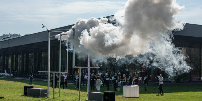 """Wolkenerzeugung auf dem JKU Campus: """"Ethereal Fleeting"""" von Lukas Truniger (CH), Itamar Bergfreund (CH), Bruce Yoder (US)"""