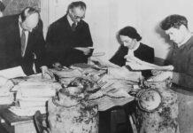 Mitglieder der Jüdischen Historischen Kommission bei der Sichtung von gerade geborgenen Teilen des Oyneg Shabes-Archivs, Warschau, 1950