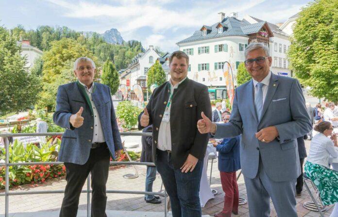 OÖ-Gemeindebund-Präsident Hans Hingsamer (l.), Windischgarstens Bürgermeister Michael Eibl (23) und Gemeindebund-Präsident Alfred Riedl (r.) tauschten sich bei den Kommunalen Sommergesprächen in Bad Aussee aus.
