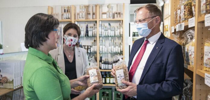 LH Thomas Stelzer und LK-Präsidentin Michaela Langer-Weninger (Bild mitte)