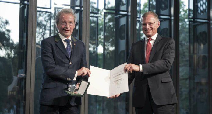 """Welser-Möst (l.) nahm das """"Verdienstkreuz des Landes OÖ für Kunst und Kultur"""" von LH Stelzer entgegen."""