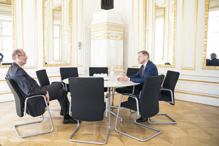 Optisch auf Distanz, inhaltlich aber einig: LH Thomas Stelzer (r.) und Bildungsminister Heinz Faßmann bei ihrem Arbeitsgespräch, das sich insbesondere um die Gründung der neuen Technischen Universität in Oberösterreich drehte.