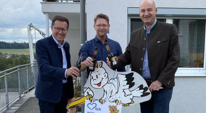 OÖVP-KLubdirektor Klaus Mitterhauser, der frischgebackene Vater Markus Felbermaier und Klubobmann-Stv. Christian Dörfel stellten schon mal eine Storch auf.