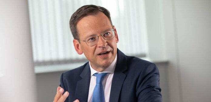 """""""Wir werden mit unseren Kundinnen und Kunden weiterhin persönlich kommunizieren aber selbstverständlich auch das digitale Angebot ausbauen"""", sagt der neue Generaldirektor der Hypo Oberösterreich, Klaus Kumpfmüller."""