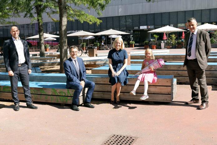 Landeshauptmann-Stv. Christine Haberlander und Bildungsdirektor Alfred Klampfer wünschen den 15.074 oberösterreichischen Taferlklasslern einen guten Schulstart.