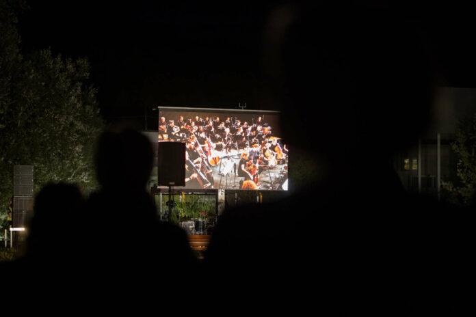 Das Orchester wurde über eine Leinwand ins Freie übertragen, wo Schauspieler Karl Markovics Texte rezitierte.