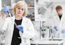 Der Laborbetrieb an der Universität Wien wird auch in Coronazeiten vor Ort stattfinden.