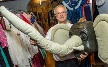 """Der """"Baby-Elefant"""" wäre im Fasching bestimmt ein Renner, die Chancen, dass er getragen wird, stehen aber nicht sehr günstig.Auch die vielen schönen Ballkleider werden heuer kaum zum Einsatz kommen."""