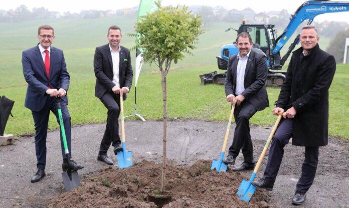 Wirtschaftslandesrat Markus Achleitner beim Spatenstich mit den Loxone-Gründern Martin Öller und Thomas Moser sowie Loxone-CEO Rüdiger Keinberger (von links).