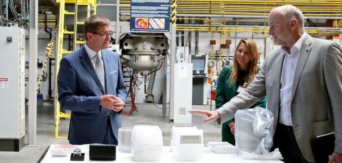 Wirtschaftslandesrat Markus Achleitner und Tanja Spennlingwimmer (Business Upper Austria) erhalten von Bernd Gruhn (Technische Entwicklung Ebner, von links) einen Einblick in die SiC-Halbleiter-Erzeugung bei Ebner.