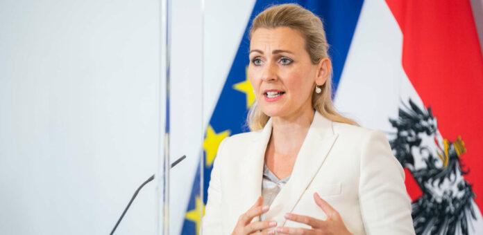Ministerin Christina Aschbacher ist gegen eine generelle Erhöhung des Arbeitslosengeldes, aber für eine treffsichere Unterstützung für Arbeitssuchende.