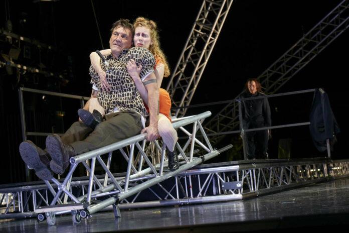 Ein schräges Paar: Liliom (Helmuth Häusler) und Julie (Theresa Palfi)