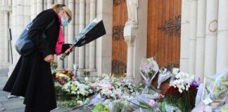Vor der Kirche Notre-Dame de l'Assomption in Nizza versammelten sich Menschen im Gedenken an das Attentat, legten Blumen nieder und zündeten Kerzen an.