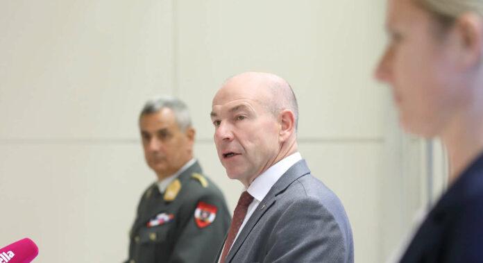 Berieten gestern (v. l.): Dieter Muhr (Militärkommandant OÖ), LR Hiegelsberger Veterinärexpertin Birgit Kaltenböck