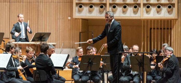 Markus Poschner begeisterte mit seinem Bruckner Orchester im Brucknerhaus.