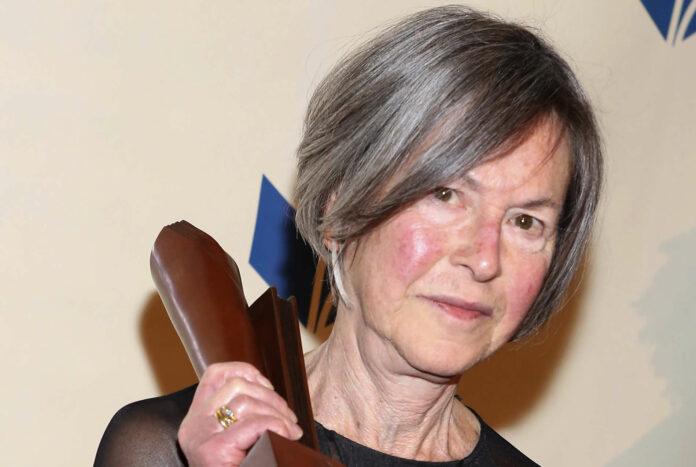Louise Glück hält 2014 den amerikanischen National Book Award in Händen, am 10. Dezember wird es der Nobelpreis sein.