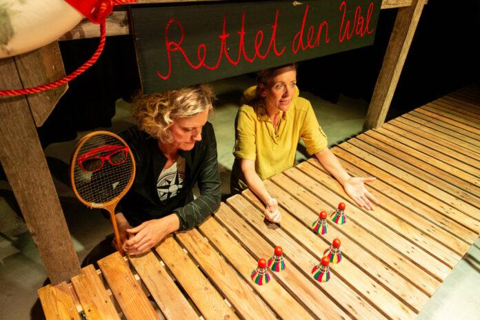 Simone Neumayr (l.) und Katharina Schraml mit der Lehrerin (Badmintonschläger) und ihren Schülern