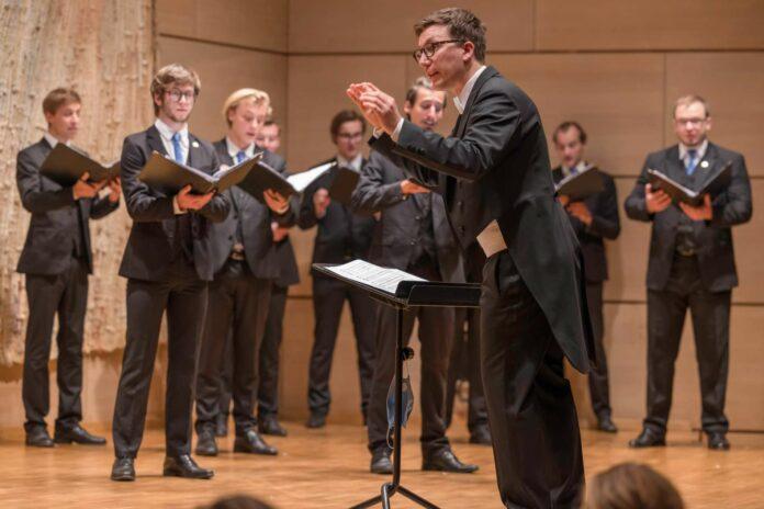 Michael Schneider leitete den Chor mit Bravour.