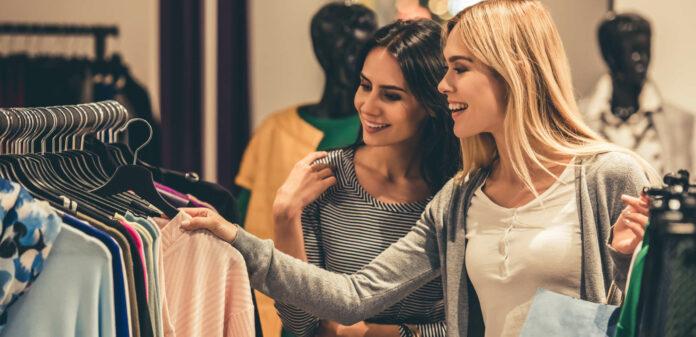 Shopping gehen mit der Freundin: Die aktuellen Begleitumstände mit weniger sozialen Kontakten wirken sich aufs Geschäft aus.