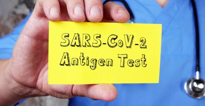 Hausärzte filtern bei Patienten mit Symptomen mittels Antigen-Tests jene heraus, die tatsächlich Corona-positiv sind. Schon damit sollte ihnen ein Quarantänebescheid zugestellt werden können.,