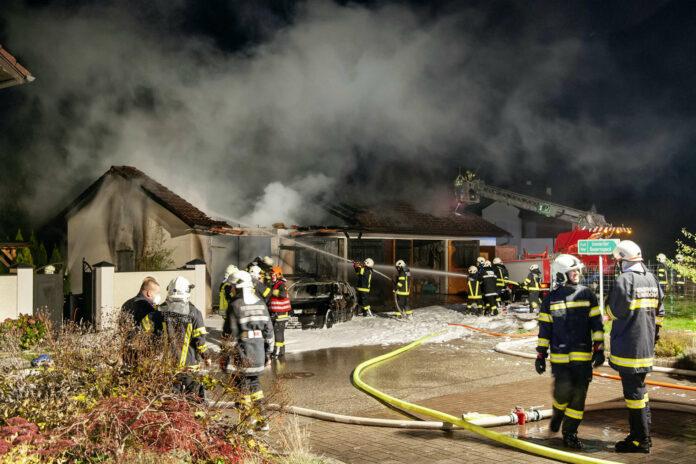 Ein Garagenbrand verursachte in Tarsdorf großen Schaden.