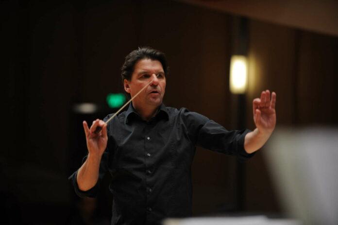 Dirigent Ernst Theis leitete das Konzert