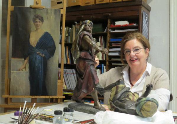 Die kostbaren Krippenfiguren werden von den Restauratoren, wie Elisabeth Scheel, auf Hochglanz gebracht, die Malschicht erneuert und abgebrochene Stellen ergänzt.
