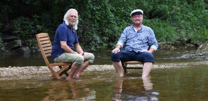 Lässt in der Aulandschaft gern die Füße im Wasser und die Seele baumeln: Schauspieler Ferrry Öllinger (r.) bekam dabei von Naturfilmer Erich Pröll Besuch.