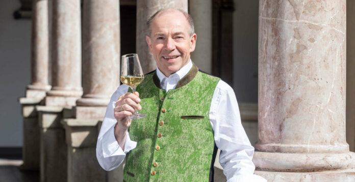 Landesrat Max Hiegelsberger mit jungem Wein aus Oberösterreich, einem Lichtblick in Corona-Zeiten.