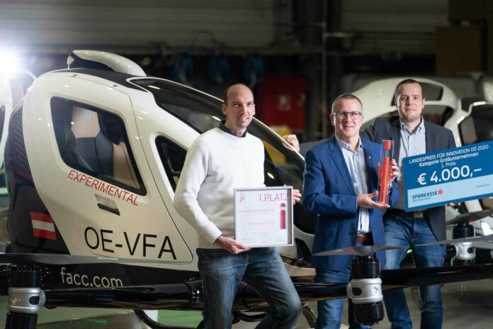V. l.: Peter Glaser (VP Engineering/R&T), Robert Machtlinger (CEO FACC) und Roland Teubenbacher (FACC-Program Manager) freuen sich über den 1. Platz des Innovationspreises in der Kategorie Großunternehmen.