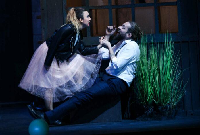 Ekin Su Paker (Barbarina), Robert Gleadow (Figaro)