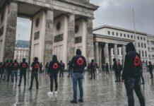 """Aufmarsch der Gruppe """"Muslim Interaktiv"""" vor dem Brandenburger Tor in Berlin - auf Facebook gepostet am Tag nach dem Wiener Anschlag."""