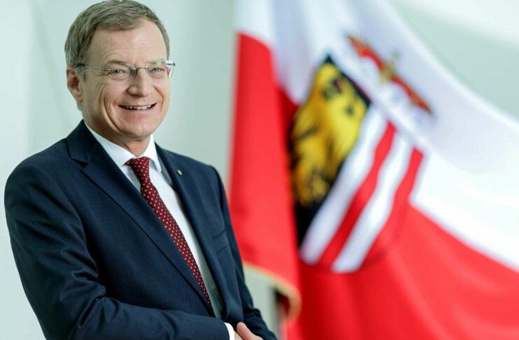 Oberösterreichs Landeshauptmann Thomas Stelzer richtete einen Appell an die Bevölkerung, die nötig gewordenen Maßnahmen zur Aufrechterhaltung des Gesundheitssystems einzuhalten.