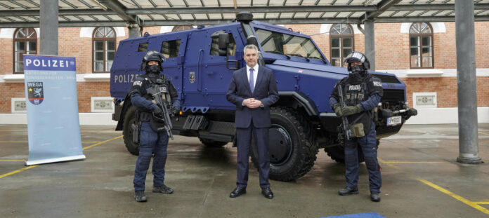 ÖVP-Innenminister Karl Nehammer anlässlich der Übergabe eines neuen gepanzerten Mannschaftstransporters an die Spezialeinheit WEGA.