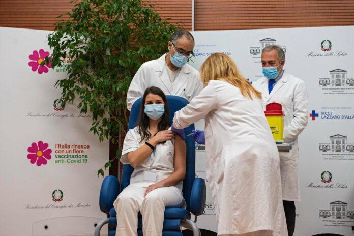 Am Sonntag wurde Claudia Alivernini geimpft, seitdem wird sie in sozialen Medien bedroht.