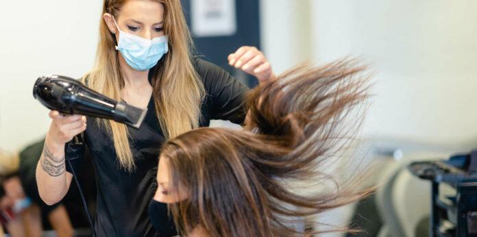 Friseure haben ab Montag wieder offen. Es gilt Maskenpflicht für Dienstleister und Kunde.