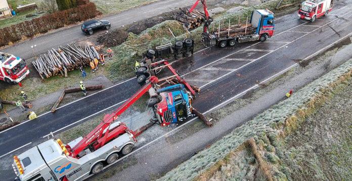Umgestrzter Holztransporter blockierte B138