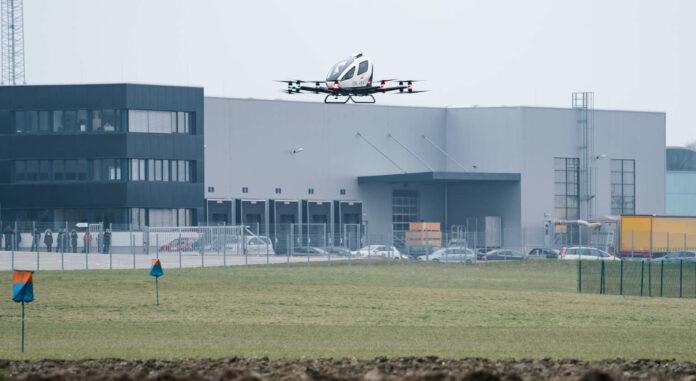 Am Gelände von FACC in St. Martin im Innkreis wurde der erste Testflug eines autonomen Flugtaxis erfolgreich durchgeführt.