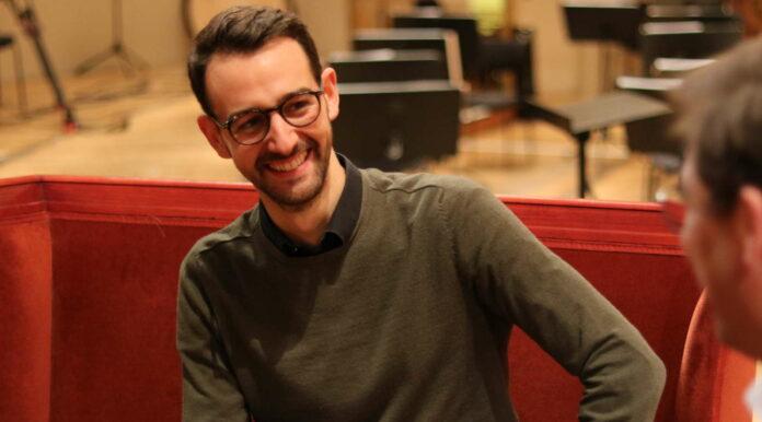 Tobias Wögerer im Gesrpäch vor dem Wohnzimmer-Konzert