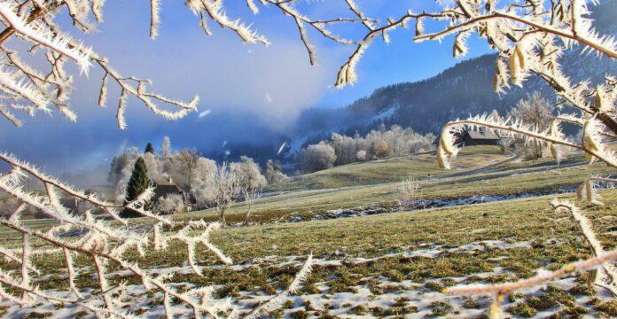 Raureif als Schnee-Ersatz lässt derzeit im Wolfgangsee-Gebiet zumindest ansatzweise Winterstimmung aufkommen.