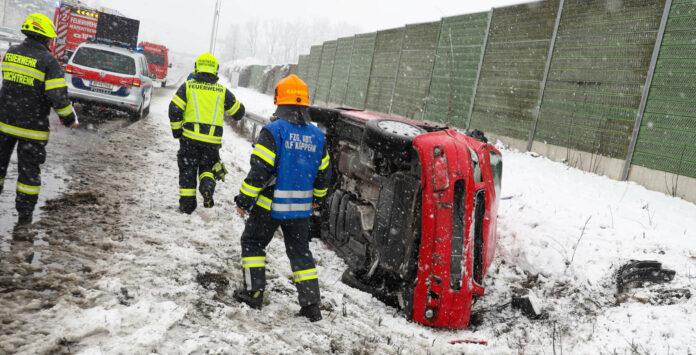 Ein mit vier Personen besetzter Pkw kam auf der A 25 Welser Autobahn bei Marchtrenk von der Straße ab und stürzte um.