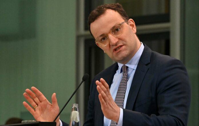 Gesundheitsminister Jens Spahn widerspricht Meldungen, wonach er Interesse am Amt des neuen CDU-Vorsitzenden hätte. Derzeit stellen sich drei Kandidaten zur Wahl.