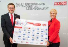 Wirtschaftslandesrat Markus Achleitner und WKOÖ-Präsidentin Doris Hummer präsentieren stolz das neue Lehrstellen-Infoboard.