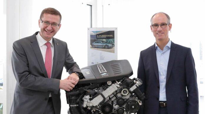 Wirtschaftslandesrat Markus Achleitner (links) und BMW-Steyr-Geschäftsführer Alexander Susanek flankieren einen hocheffizienten Dieselmotor aus Steyr.